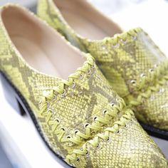Pense em Milão mas numa versão bem mais moderninha da cidade. Vitorino Campos usou alguns códigos tradicionais da Itália para a coleção da @animalebrasil que desembarca hoje mesmo na loja! E esta é a primeira vez que a marca investe em sapatos de salto mais baixo um sinal de como as ruas estão influenciando até mesmo as marcas reconhecidas por seu estilo sexy. (via @nathalialevy e @pedrojcamargo | fotos: @tomasrera) #ELLEnoSPFW  via ELLE BRASIL MAGAZINE OFFICIAL INSTAGRAM - Fashion Campaigns…