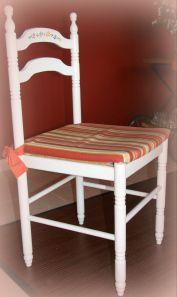 Al menos el mueble será único y personal…    Silla terminada despues de dos manos de pintura y decorada con unas alegres florecitas pintadas a mano alzada