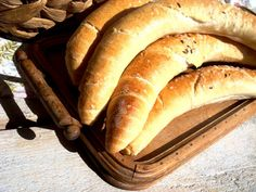 Megint egy remek házi kifli...Emlékszem régen, mikor reggel, marha nagy kedvvel battyogtunk a suliba, útközben volt egy Tejbolt... Hungarian Recipes, Hungarian Food, Bread And Pastries, Baking And Pastry, Pastry Recipes, Hot Dog Buns, Food And Drink, Eat, Hungary