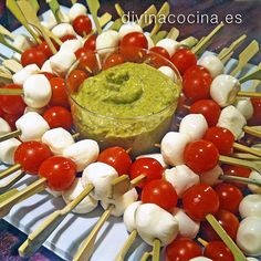 Brocheta de cherry y mozarella Party Entrees, Snacks Für Party, Appetizers For Party, Vegetarian Appetizers, Appetizer Recipes, Appetizer Buffet, Mezze, Fingerfood Party, Party Finger Foods