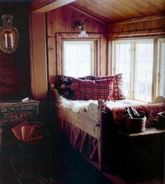 Bed in the window and a tartan pillow! Small Space Living, Living Spaces, Scandinavian Cabin, Lodge Style, Chalet Style, Tiny House Village, Little Cabin, Cozy Cabin, Cabins In The Woods