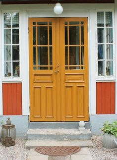 Efter: Glasade pardörrar i farstukvisten Orange Front Doors, Orange Door, Double Front Doors, Yellow Doors, Front Door Colors, Oh My Home, Sweden House, Porch Veranda, Stained Glass Door