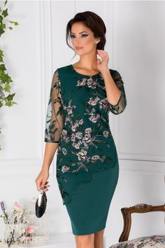 Rochie verde eleganta de ocazie Textura cu broderie florala aurie Decolteu oval Elegant green dress used Texture with golden floral embroidery Oval neckline Green Occasion Dresses, Modest Fashion, Fashion Dresses, Dresses Dresses, Wedding Dresses, Groom Dress, Stylish Outfits, Cute Outfits, Ideias Fashion