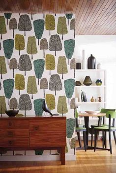 Scion's 'cedar' wallpaper from Levande makes a statement in this retro open plan dining area! Kitchen Wallpaper, Retro Wallpaper, Wallpaper Online, Modern Furniture, Home Furniture, Southern Homes, Mid Century Design, Designer Wallpaper, Interior Design