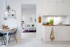 Kawalerka w bloku w stylu skandynawskim - kuchnia i jadalnia