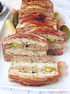 The colors of the dish: chicken and pork terrine Chicken Terrine, Meat Rolls, Romanian Food, Delicious Dinner Recipes, Pork Dishes, How To Eat Paleo, Low Carb Recipes, Carne, Good Food