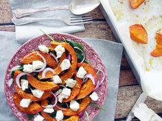 Esta salada morna de abóbora assada e queijo de cabra tem tudo o que é preciso para nos deixar satisfeitos num dia de outono