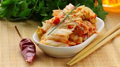 Salzig, süß, scharf und sauer – das traditionelle koreanische Nationalgericht Kimchi vereint sämtliche Geschmacksrichtungen in sich. Mit Geduld und Sorgfalt kann jeder Gourmet das fermentierte Gemüse selbst herstellen.