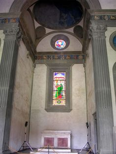 Капелла Пацци. The right chapel with the altar.