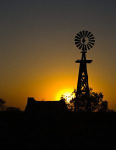South Texas scenic, windmil at sunset :: This reminds me of my grandpa's ranch! Life Is Beautiful, Beautiful Places, Silhouettes, Texas Sunset, Old Windmills, Silhouette Photography, South Texas, Country Life, Country Living