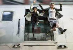 onverschrokkenheid verplaatst zich met de trein. maar de trein stopt niet. ze moet erin en eruit springen.