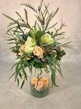 Foto: Green Plants, Green Flowers, Floral Arrangements, Flower Arrangement, Flower Decorations, Table Decorations, Flower Designs, Flower Art, Glass Vase