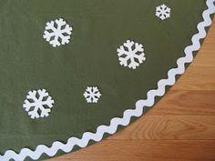 No sew Christmas tree skirt Diy Christmas Tree Skirt, Family Christmas, Christmas And New Year, Winter Christmas, Christmas Crafts, Christmas Decorations, Christmas Ornaments, Christmas Ideas, Holiday Decor