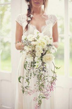 Foto 5 de 10 Ramo de novia con diferentes tipos de flores y hojas. Imagen…