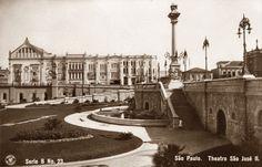 Postal n. 23, outra vista do Teatro São José, tomada do Anhangabaú. A fonte em primeiro plano é onde hoje se encontra o abandonado Monumento a Carlos Gomes. A coluna em destaque é a chaminé/respiro do Municipal.