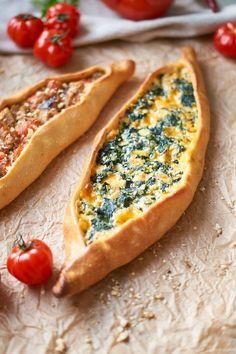 Grundrezept für türkisches Pide + Spinat Käse Füllung | Turkish Pide with Cheese Spinach Filling | Rezept auf carointhekitchen.com | #türkische #Küche #turkish #food #pide #pizza