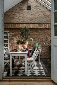 Perfect dinner party dining room with a rustic red brickwall Shed Interior, Interior Styling, Interior And Exterior, Dining Room Centerpiece, Dining Room Wall Decor, Orangery Extension Kitchen, 3 Season Room, Vintage Industrial Lighting, New Farm