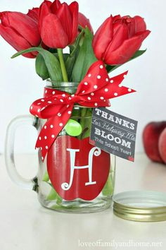 Teacher Gift Ideas - Monogram Mason Jar Vase {Free Chalkboard Printable Gift Tags} - or fill with pencils Kids Crafts, Jar Crafts, Mason Jar Vases, Mason Jar Gifts, Gift Tags Printable, Chalkboard Printable, Best Teacher Gifts, Personalized Teacher Gifts, Little Presents