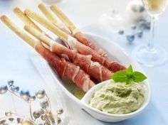 Food and Drink: Broodstengels met ham en pestodip recept - Hapjes . Appetizer Recipes, Snack Recipes, Cooking Recipes, Healthy Recipes, Dishes Recipes, Food Dishes, I Love Food, Good Food, Yummy Food