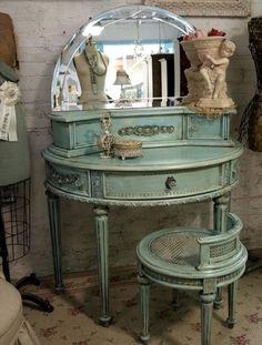 Round Vanity (antique powder blue)