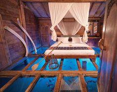 Un aquarium sous une chambre en bois, exeptionnel