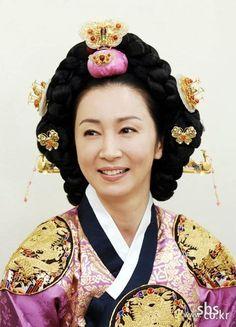 The King and I(Hangul:왕과 나;hanja:王과 나;RR:Wanggwa Na) is a South Korean historical drama series that aired onSBS. StarringOh Man-seok,Ku Hye-sunandGo Joo-won.  성종  어머니 인수대비 전인화