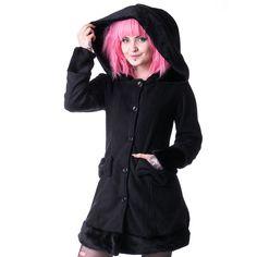 Vixxsin. Een mooie winterjas met capuchon. Deze jas heeft 2 zakken aan de voorkant met een schattige strik die ook weer op de achterkant terug komt. De jas heeft nepbont op de capuchon, mouwen en zoom.