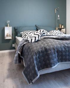 Aranżacja sypialni w kolorze ciemnej zieleni Micro House, Dressing, My Room, Small Spaces, Comforters, Cottage, Blanket, Furniture, Home Decor