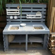 Sand and water table from 6 pallets. Diy Mud Kitchen, Mud Kitchen For Kids, Backyard Playground, Backyard For Kids, Pallets Garden, Wood Pallets, Diy Pallet Projects, Garden Projects, Sand And Water Table