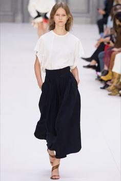 Guarda la sfilata di moda Chloé a Parigi e scopri la collezione di abiti e accessori per la stagione Collezioni Primavera Estate 2017.