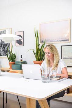 Binnenkijken bij Jasper en Charlotte: Voor een flinke dosis interieur-vitamines - Stek Woon & Lifestyle Magazine Desk, Lifestyle, Furniture, Home Decor, Vitamins, Homemade Home Decor, Desktop, Writing Desk, Home Furnishings