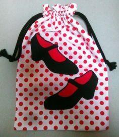 Diversos modelos y estilos de bolsas para guardar tus zapatos de flamenca. Ponte en contacto con nosotros por un correo privado y te diseñaremos el q
