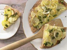 Überraschend belegt und überragend lecker: Kartoffel-Quark-Pizza - mit Salbei und Zwiebeln - smarter - Kalorien: 542 Kcal - Zeit: 30 Min. | eatsmarter.de