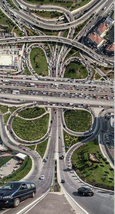 Autofahren in aufregend: Schnellstraßengewirr in einem Vorort.