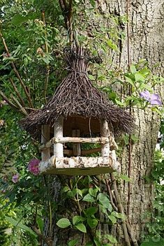 I sure wish I had my garden and yard, - birch log feeder.I sure wish I had my garden and yard, birch log - Twig Crafts, Garden Crafts, Garden Projects, Garden Art, Garden Design, Homemade Bird Houses, Bird Houses Diy, Fairy Garden Houses, Bird House Feeder
