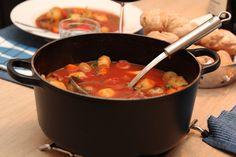 Alt-i-ett gryte med oksekjøtt Beef Recipes, Soup Recipes, Food Styling, Slow Cooker, Food And Drink, Dinner, Ethnic Recipes, Random, Meat Recipes