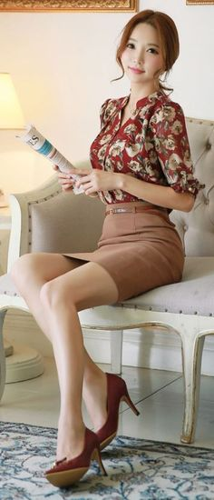 Lovely Asian Girl wearing a long narrow hobble skirt Office Fashion, Business Fashion, Work Fashion, Asian Fashion, Asian Woman, Asian Girl, High Waisted Pencil Skirt, Beautiful Asian Women, Asian Style