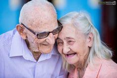 (Reprodução) Nosso coração transborda de amor ao saber de histórias como a do casal cearense Zeca Leal e Ivanira Milfont, de Nova Olinda. Eles já estão juntos há 65 anos e para comemorar fizeram um álbum com fotografias pra lá de fofas. Os pombinhos se conheceram em setembro de 1951, se casaram no dia 25 de dezembro do mesmo ano e desde lá não se desgrudaram mais. O casal, que prova que o amor pode ser duradouro, teve sete filhos, 20 netos e 12 bisnetos.
