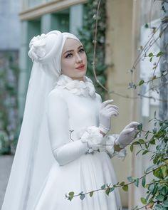 32 Beach Wedding Dresses Ideas to Stand Out! Muslim Wedding Gown, Muslim Wedding Dresses, Muslim Brides, Wedding Hijab, Wedding Dress Sleeves, Bridal Dresses, Wedding Gowns, Wedding Cakes, Turban
