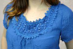 Pedrinhas são um charme a parte nas blusas simples. Principalmente se for acompanhada de renda. #simples #lindo #basico #look