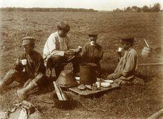 Чаепитие мальчиков-бурлаков. Русские. Владимирская губ. 1914