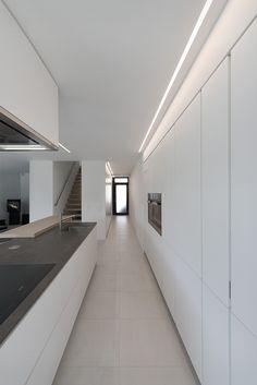 Cucina Varenna Alea moderna di design con piano snack in legno di rovere. Bellissima cucina moderna di design. Cucina Varenna realizzata da Lacasa di Mendrisio.