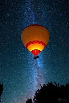 Hot Air Balloon & the Milky Way Air Balloon Rides, Hot Air Balloon, Air Ballon, Colourful Balloons, Milky Way, Beauty Photography, Space Photography, Cute Wallpapers, Cool Photos