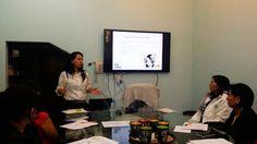 Una #instructora de equipo de Alimentos, impartiendo el curso de Formación de #Auditores