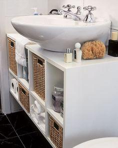 Upgrade do banheiro: no lugar da coluna da pia, nichos criam uma bancada que tranforma a pia comum em cuba de sobrepor.