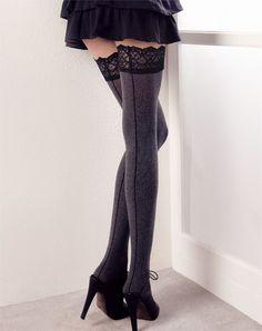 Warm, sexy, comfortabel en super fashionable; wat wil een vrouw nog meer?  Deze geweldige, katoenen naadkousen van SiSi zijn dé naadkousen voor deze herfst/winter periode!    De heerlijk zachte, katoenen stretchstof ligt als een warme deken op je benen, de chique, brede boorden van kant geven de Strong kousen een extra luxe uitstraling en doordat ze ook nog eens in 3 kleuren (zwart, grijs en taupe) bij SOSHIN zijn te bestellen kun je ze met elke outfit combineren!