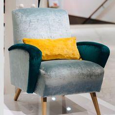Mon projet de customisation de fauteuil s'inscrit pleinement dans les tendances actuelles. A partir d'une même base, assise et dossier, je donne la possibilité de choisir non seulement le tissu mais aussi les pieds et les accoudoirs. Pour ce modèle, j'ai choisi des pieds en bois clair, légèrement inclinés, d'inspiration scandinave. La ligne des accoudoirs rappelle le design des fauteuils de cinéma. Quant aux tissus, j'ai choisi de jouer sur deux bleus-verts différents, dans des tons…