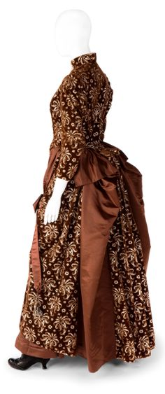 The placement of the shoe in dressing this mannequin gives her a rather rakish stance. Dress (side view), Augusta Lundin: ca. Swedish, embellished silk velvet and satin. 1800s Clothing, Antique Clothing, Historical Clothing, 1880s Fashion, Edwardian Fashion, Vintage Fashion, Vintage Gowns, Vintage Outfits, Victorian Gown