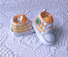 Las 40 deportivas para bebé más lindas de internet | Otakulandia.es Crochet Baby Boots, Crochet Baby Sandals, Crochet Baby Clothes, Crochet Shoes, Cute Baby Shoes, Baby Boy Shoes, Baby Booties, Crochet Scarf For Beginners, Crochet Backpack