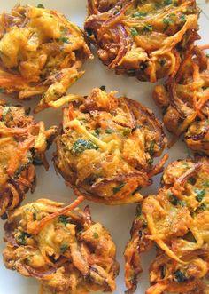 Scrumpdillyicious: Onion Bhaji with Cucumber Mint Raita - indian snacks Indian Food Recipes, Asian Recipes, Veggie Indian Food, Pakistani Food Recipes, Indian Vegetarian Recipes, Healthy Indian Snacks, Deep Fried Recipes, Veggie Food, Chicken Tikka Masala Rezept
